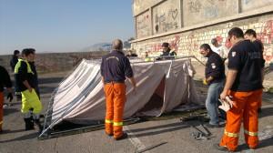 Protezione civile al lavoro per montaggio