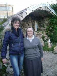 da sinistra - L'Artista Antonella Magliozzi e la Direttrice della Casa Famiglia G. Antonelli, Suor Rosella Basciani