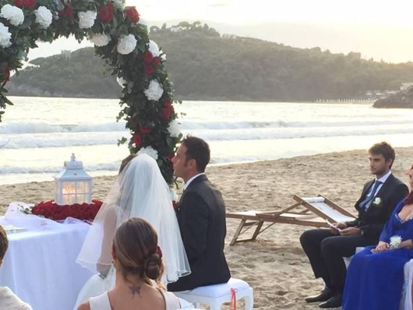 Matrimonio Spiaggia Gaeta : Paolo pizzo e lavinia bonessio romantico sì in spiaggia a
