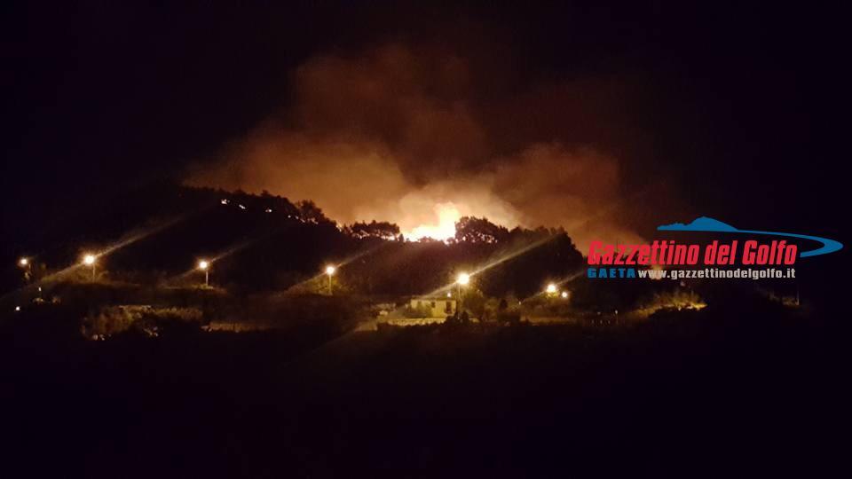pauroso incendio a formia in localit224 ponzanello