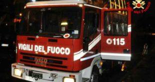 Grave incidente all'alba a Gaeta. Moto in fiamme dopo lo scontro con un'auto