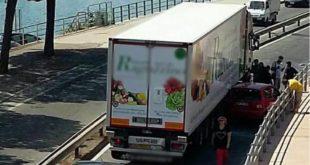 Formia, Tir schiaccia auto contro il guardrail. Traffico in tilt