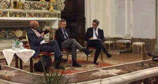 """Gaeta,grande successo di pubblico per i magistrati Cantone e Carigella, autori del libro """"La Corruzione Spuzza"""""""