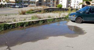 Perdita d'acqua e degrado in pieno centro di Gaeta, la segnalazione di un lettore (#foto-#video)