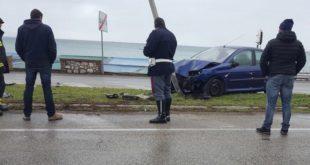 Vindicio, incidente autonomo: auto si schianta contro palo illuminazione