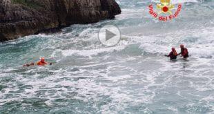 Gaeta, due studentesse in balia delle onde: il salvataggio dei vigili del fuoco (#VIDEO)