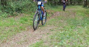 Giovani atleti ciclisti in pista a Formia